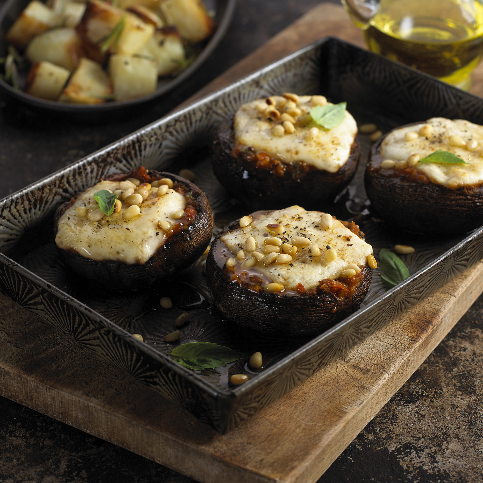 Champiñones Portobello  al horno con pasta de tomate deshidratado y queso de cabra